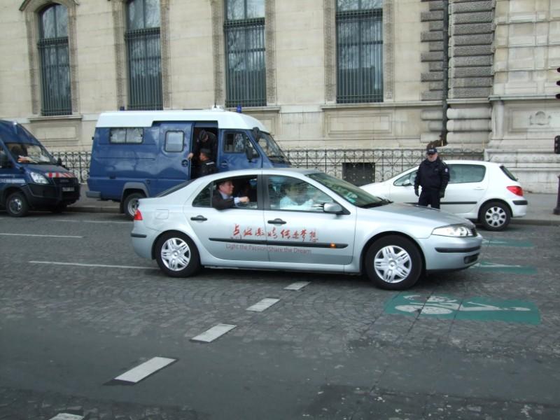 La Flamme traverse Paris......... 080414102729142181948834