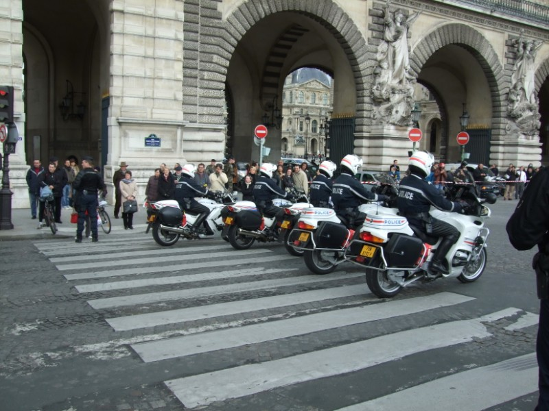 La Flamme traverse Paris......... 080414102805142181948840