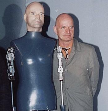 Florian Schneider pose à coté de son robot