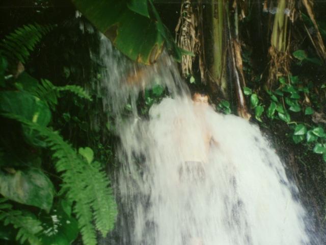 Une cascade, le bruit de l\'eau, nos sens en eveille 090126072142468093057853