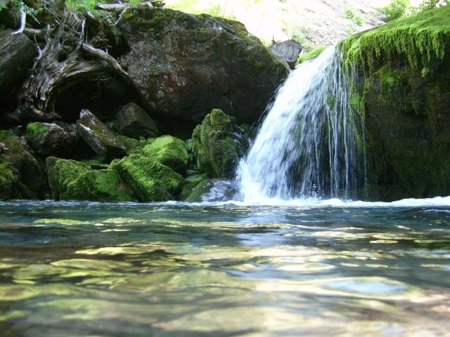 Une cascade, le bruit de l\'eau, nos sens en eveille 090126104352468093059087