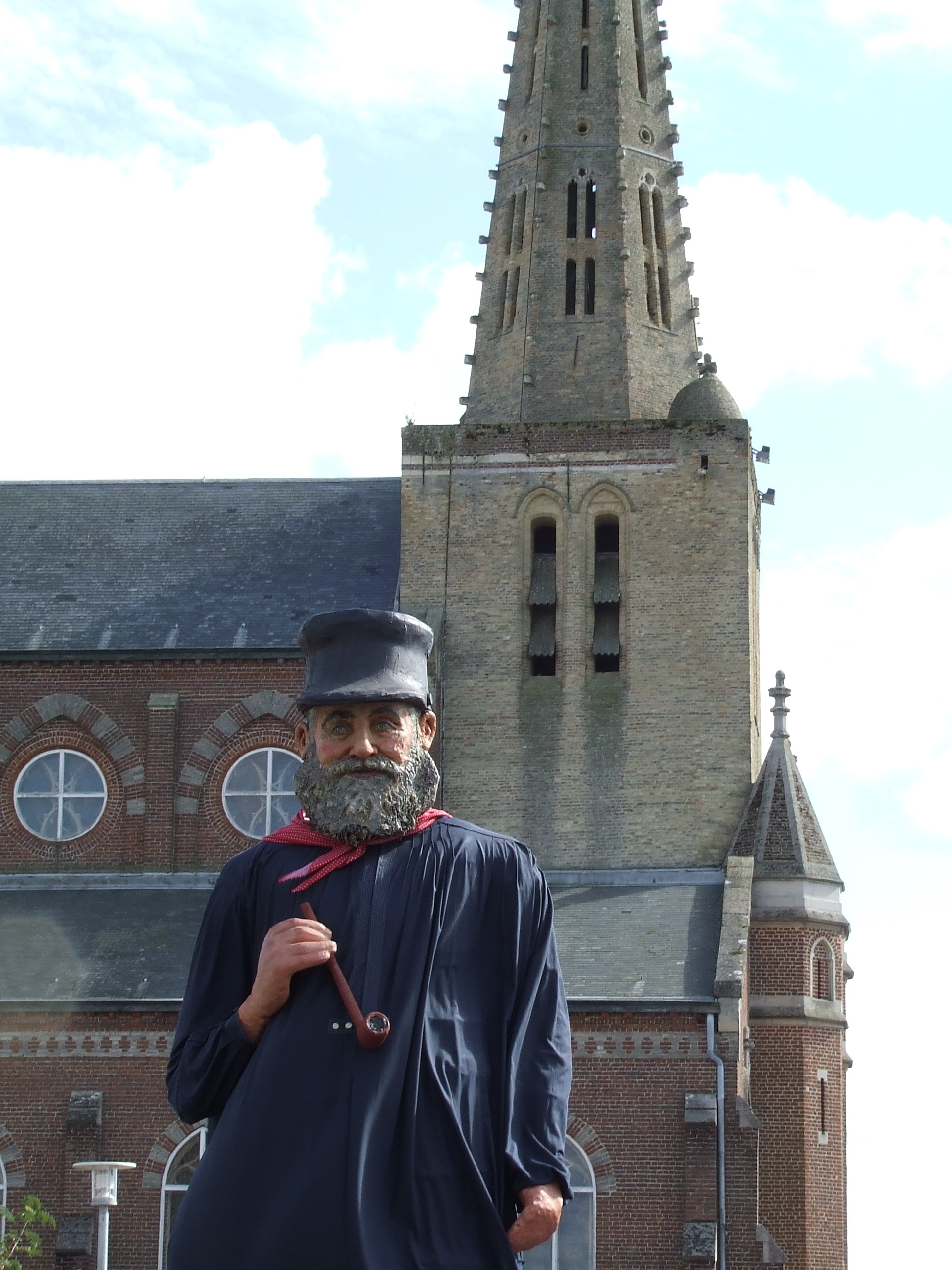 Tisje Tasje devant son église!